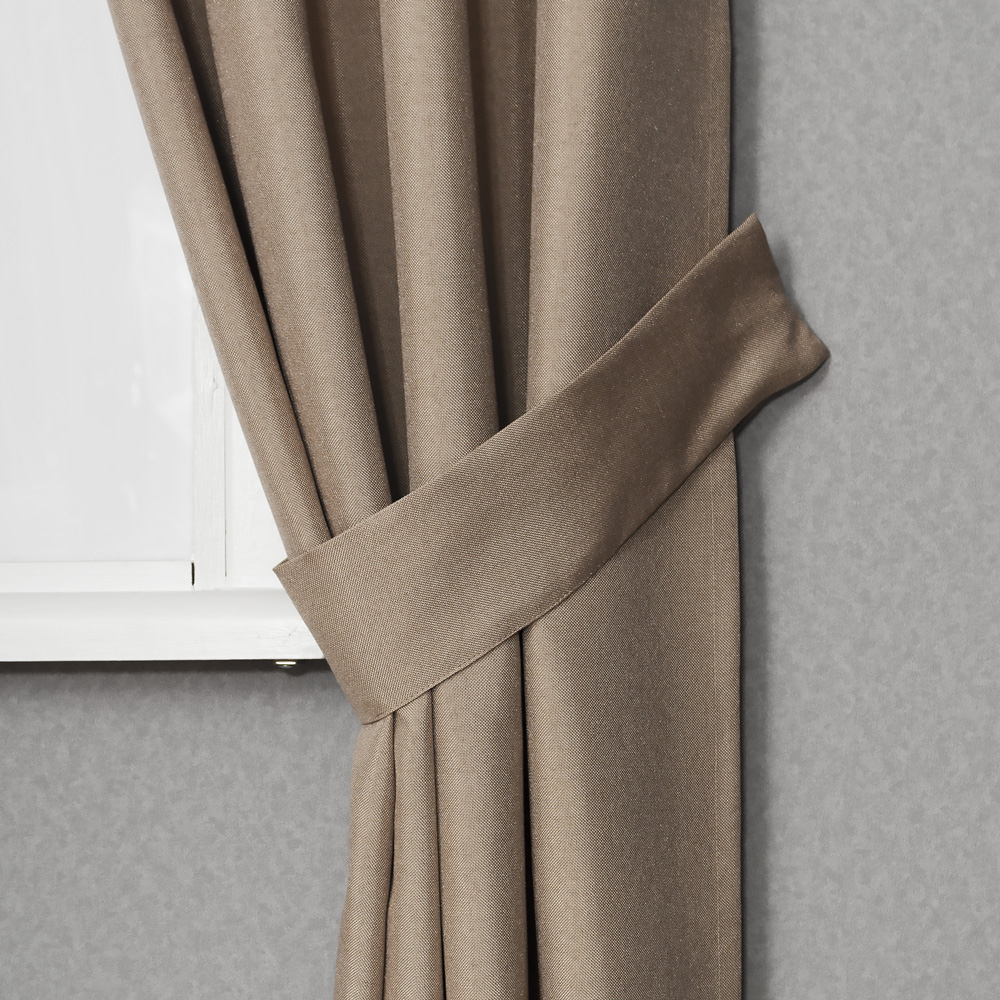Собранная подхватом штора Diana M12
