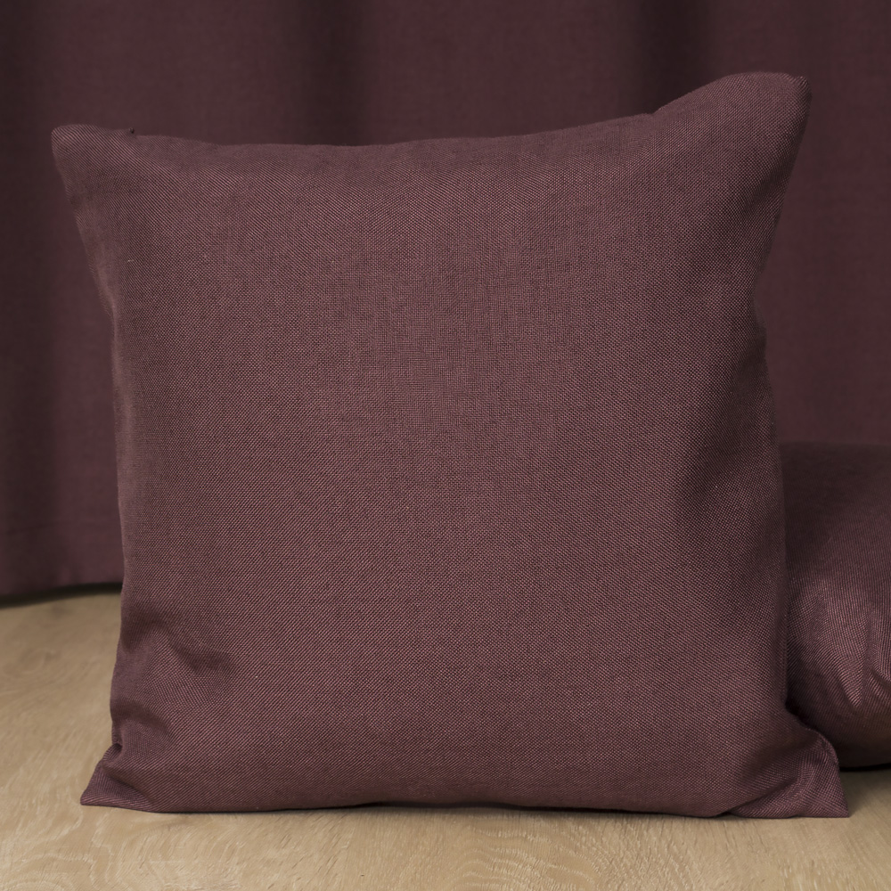 Декоративная подушка на фоне шторы Diana M20
