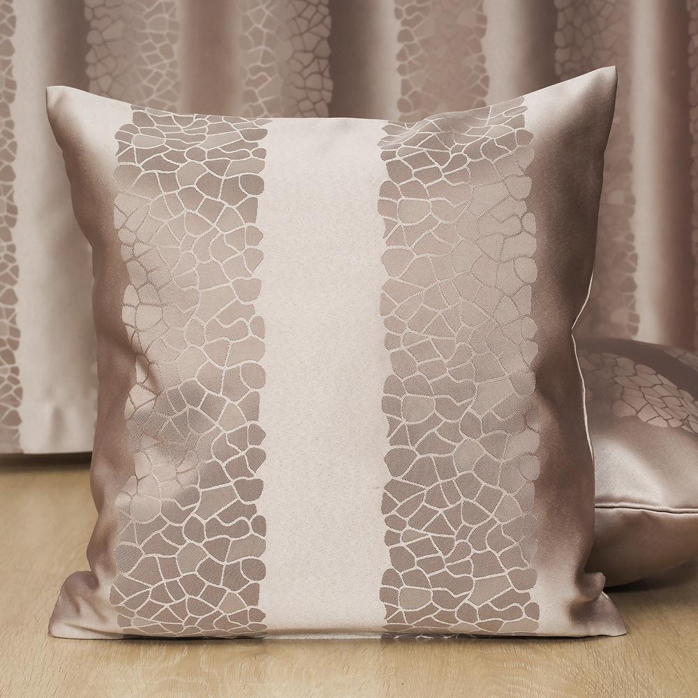 Подушка на фоне шторы Jessica 4