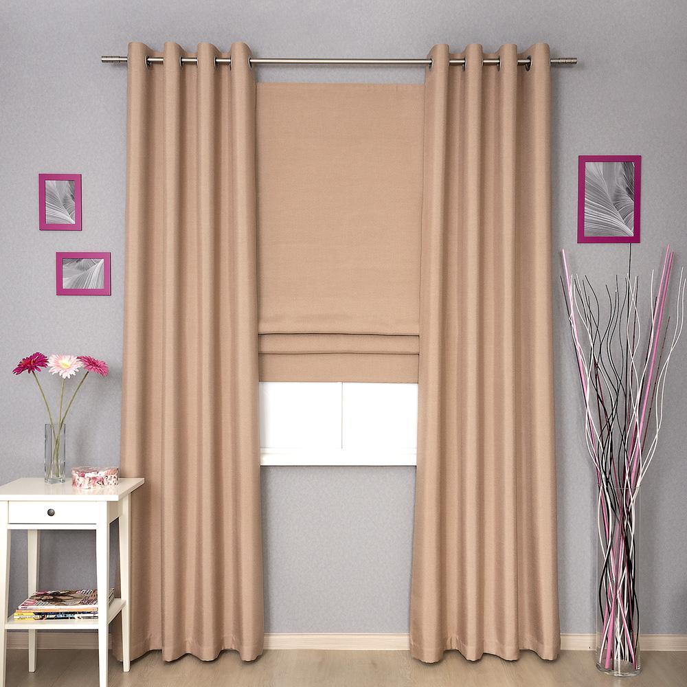 Комплект штор светлокоричневого цвета состоит из римской шторы и штор на люверсах