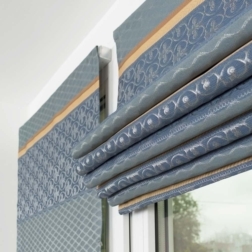 Римские шторы голубого цвета на пластиковом окне