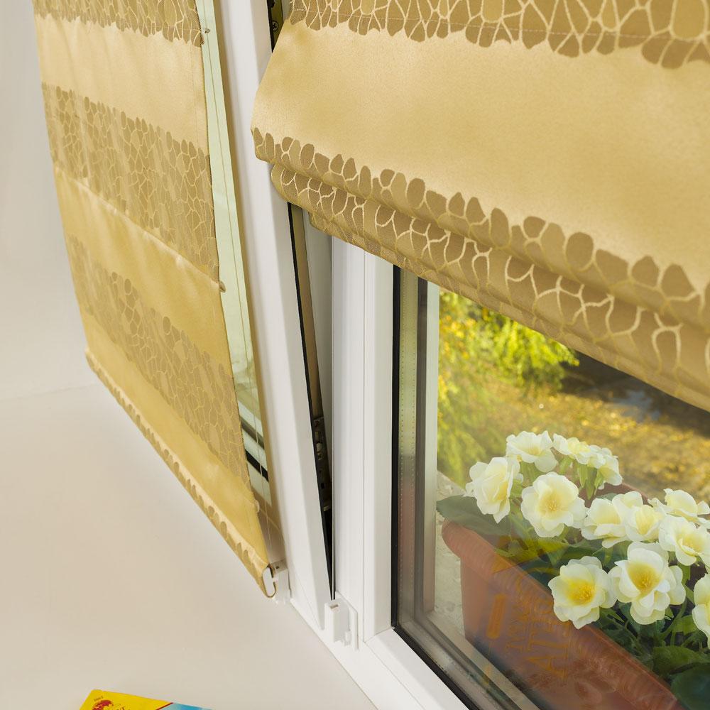 Римская штора прилегает к окну в режиме проветривания