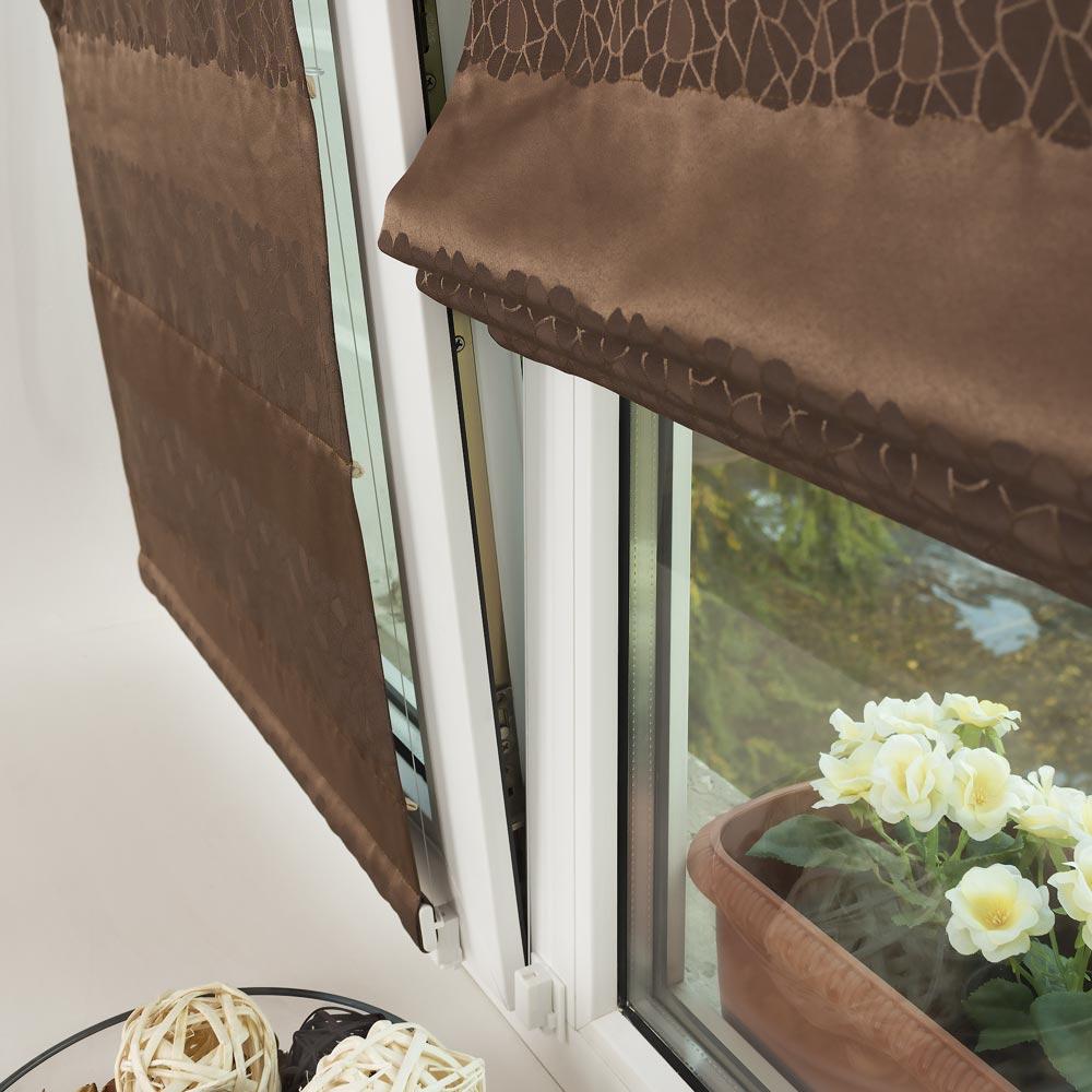 Мини римская штора прилигает к открытому окну на проветривание