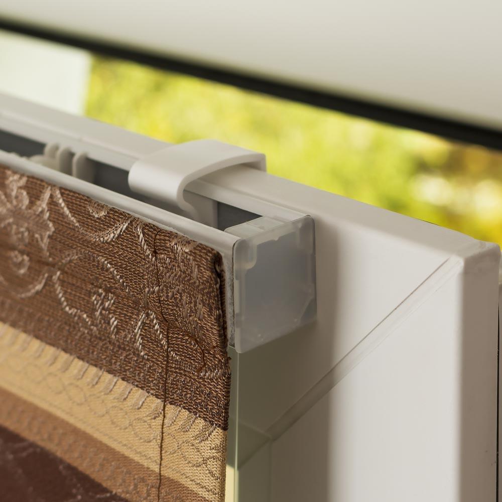 Римская штора устанавливается на поворотно-откидное окно без сверления
