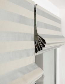 Две римские шторы поднятые на день