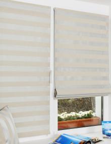 Пара римских штор на пластиковом окне установленных без сверления с использованием специальных кронштейнов