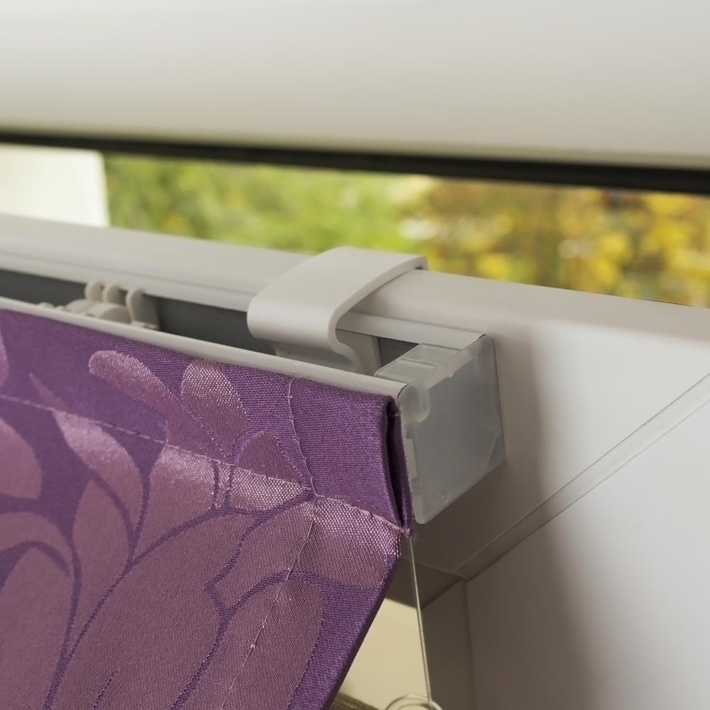 Римская штора на пластиковом окне с монтажем без сверления