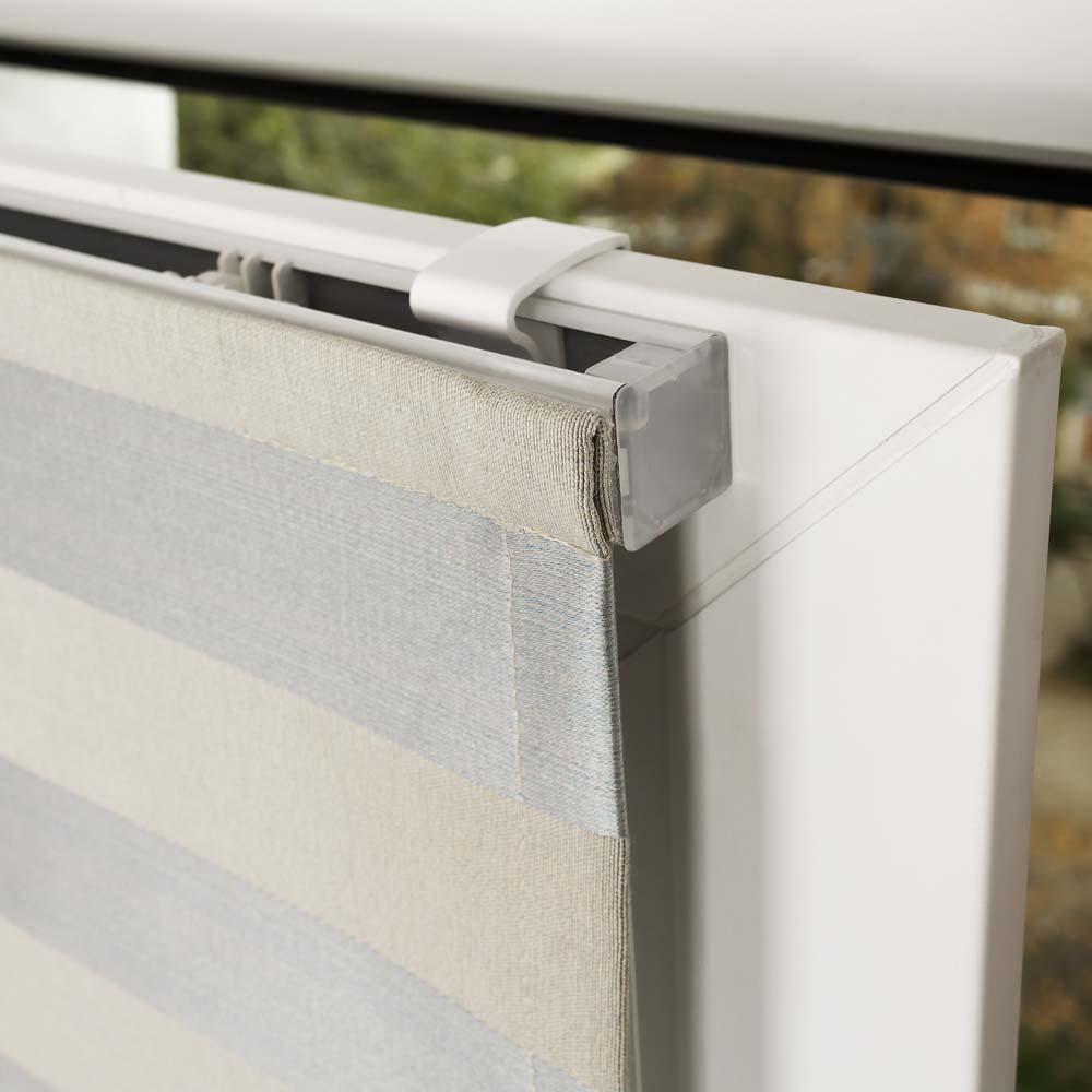 Римская штора установленная на пластиковом окне без сверления