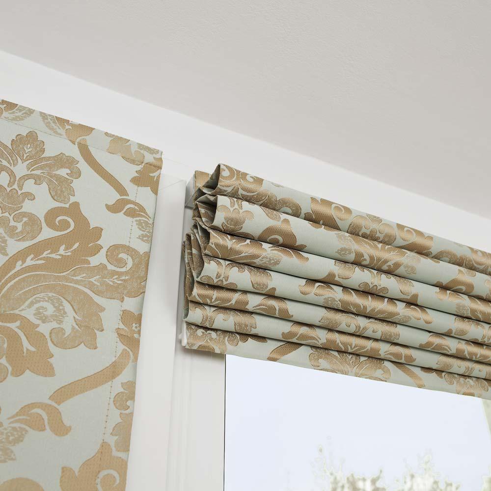 Мини римская штора не закрывает окно в поднятом положении