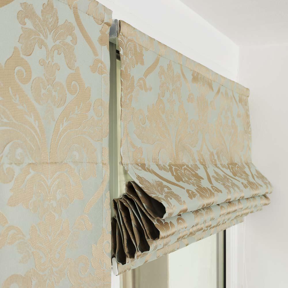 Поднятая вверх мини римская штора образует красивые складки