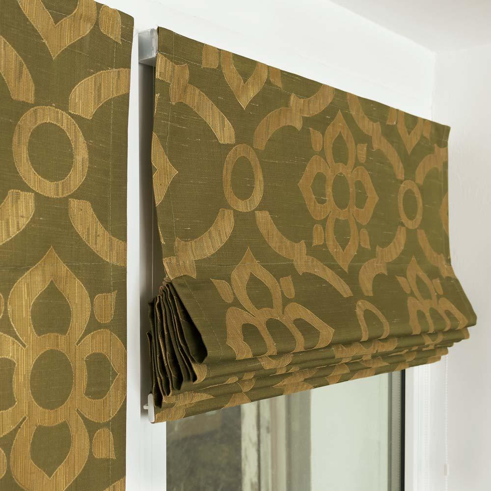 Собранная в складки мини римская штора на окне