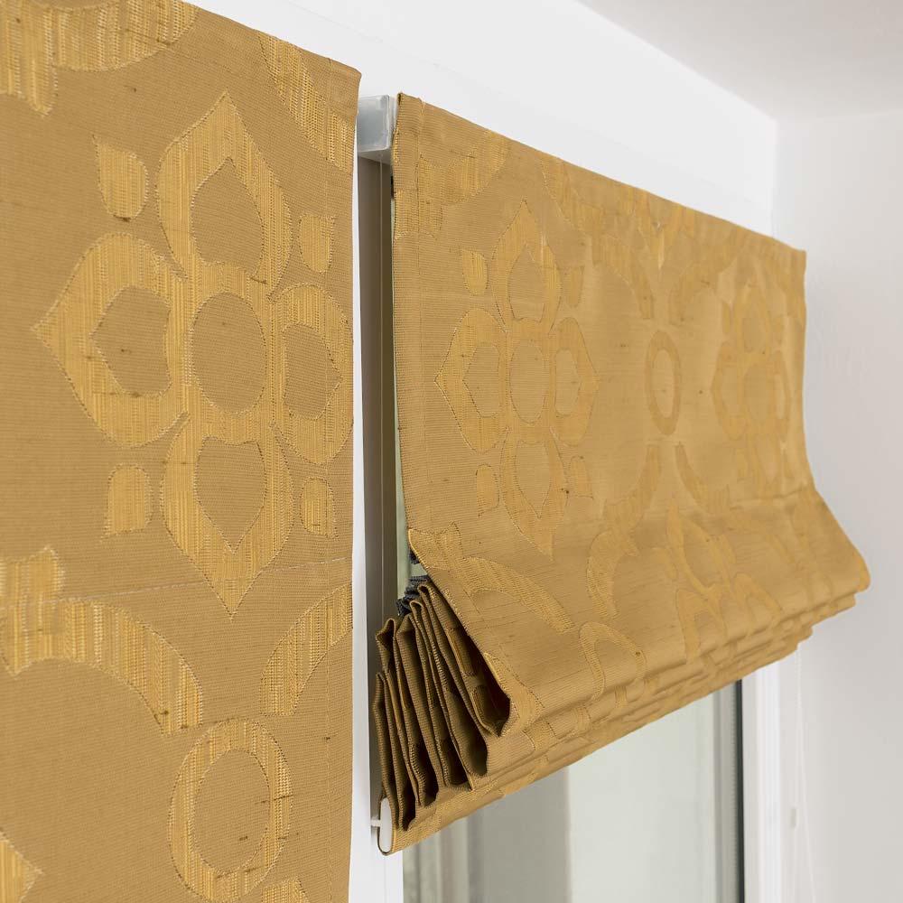 Две красивые мини римские шторы одна из которых собранна в элегантные складки