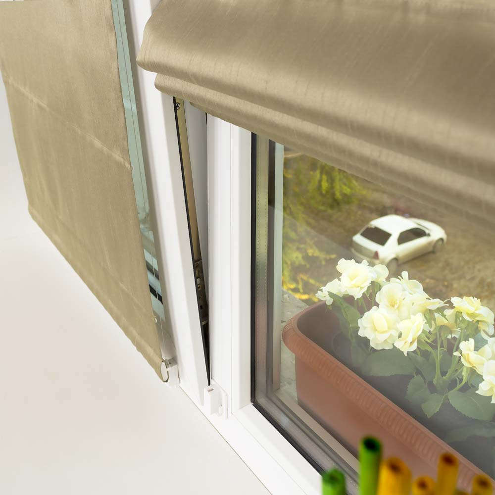 Мини римская штора удерживаемая на окне струнным механизмом