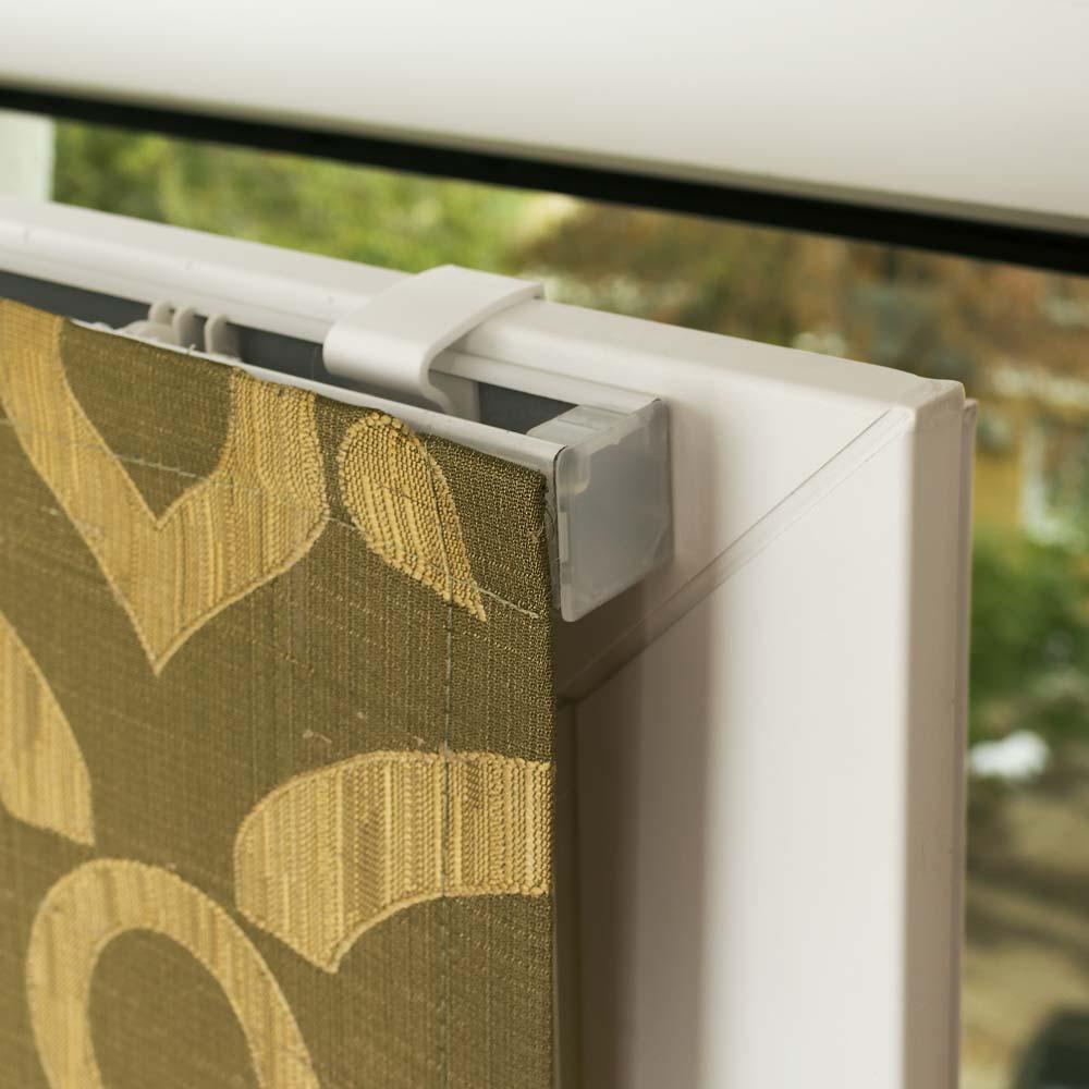 Мини римская штора установлена на пластиковое окно без сверления. Штора оливкового цвета