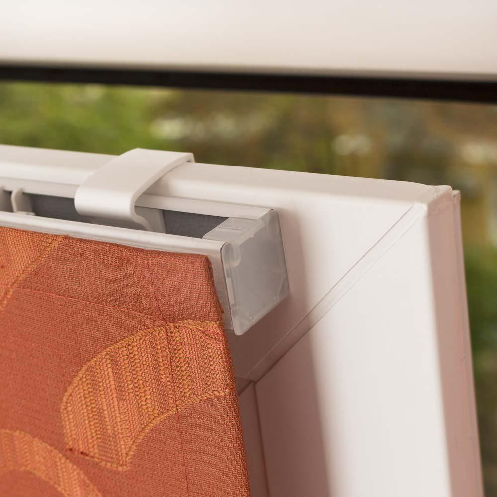 Красивая мини римская штора на установлена на пластиковом окне без сверления