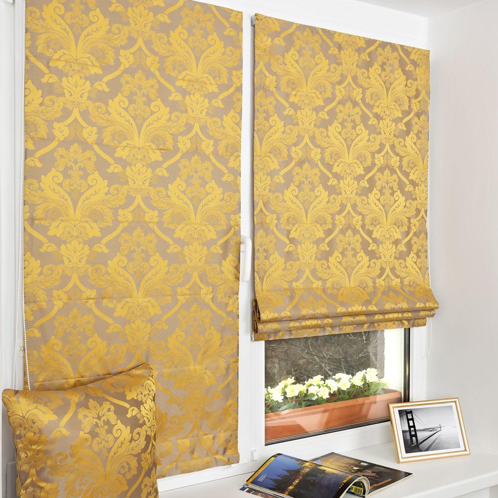Красивые мини римские шторы с золотистым орнаментом и классическим рисунком установленные на пластиковое окно без сверления