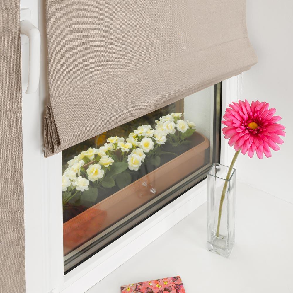 Красивые мини римские шторы и цветок в вазе на подоконнике