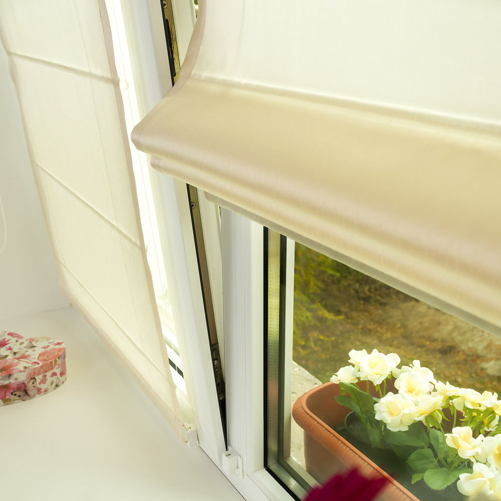 Две мини римские шторы на пластиковом окне открытом в режиме проветривания