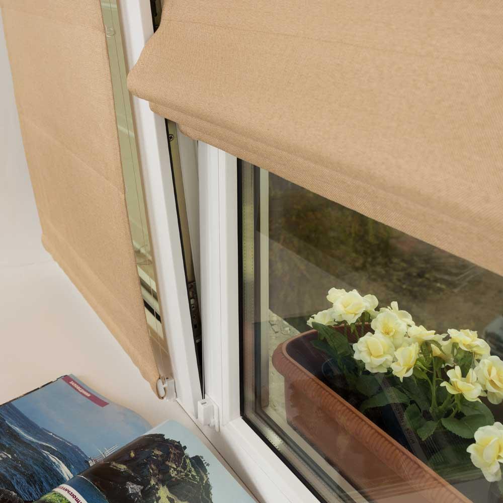 Однотонные мини римские шторы с струнным механизмом не отклоняются от окна открытом в режиме проветривания