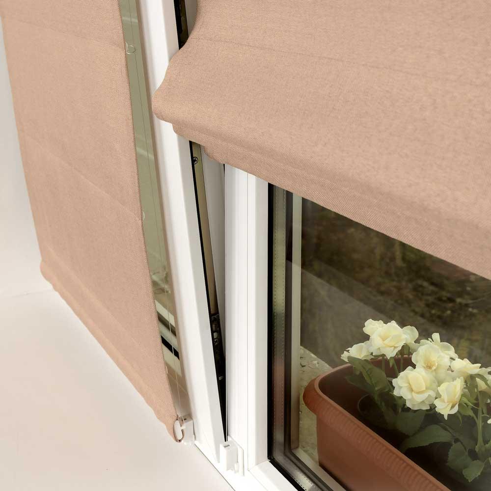 Мини римская штора бежевого цвета на пластиковом окне
