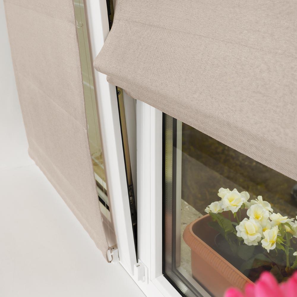 МИни римские шторы не откланяются от окна открытого в режиме проветривания