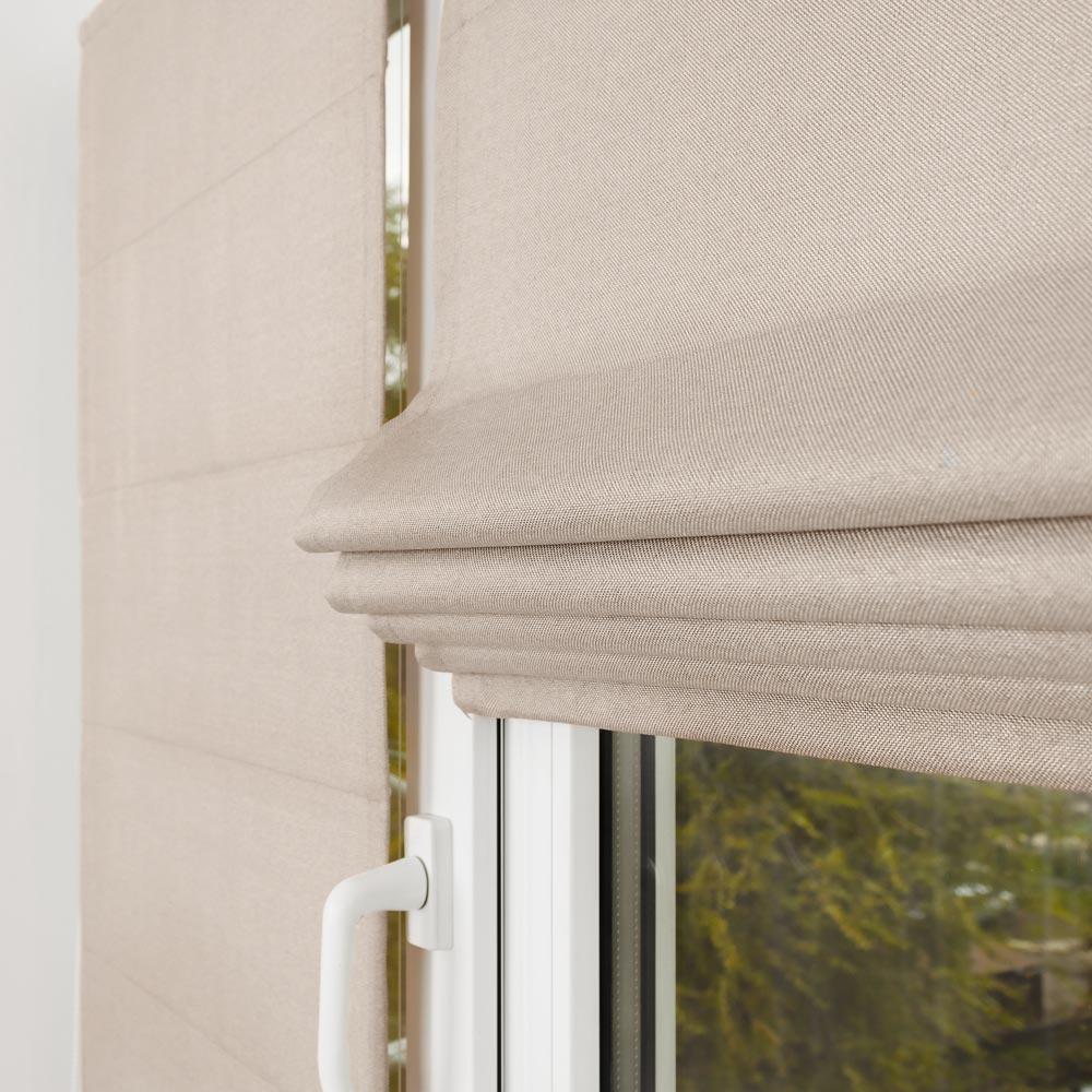 Мини римские шторы цвета кварц на пластиковом окне с установкой без сверления