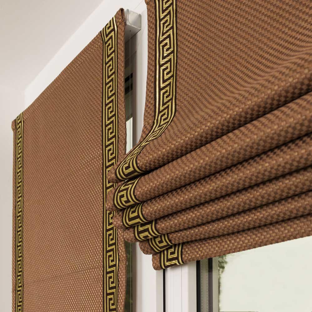 Собранная в кладки мини римская штора шоколадного цвета с декоративным кантом в виде греческого ключа