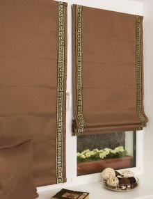Мини римские шторы шоколадного цвета и декоративным кантом с орнаментом греческий ключ установленные на пластиковом окне кухни