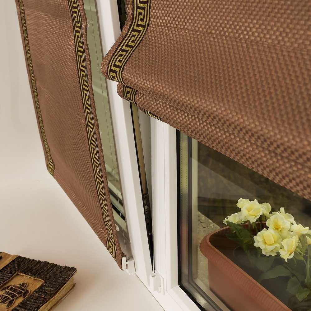 Мини римская штора не отклоняется на открытом в режиме проветривания окне