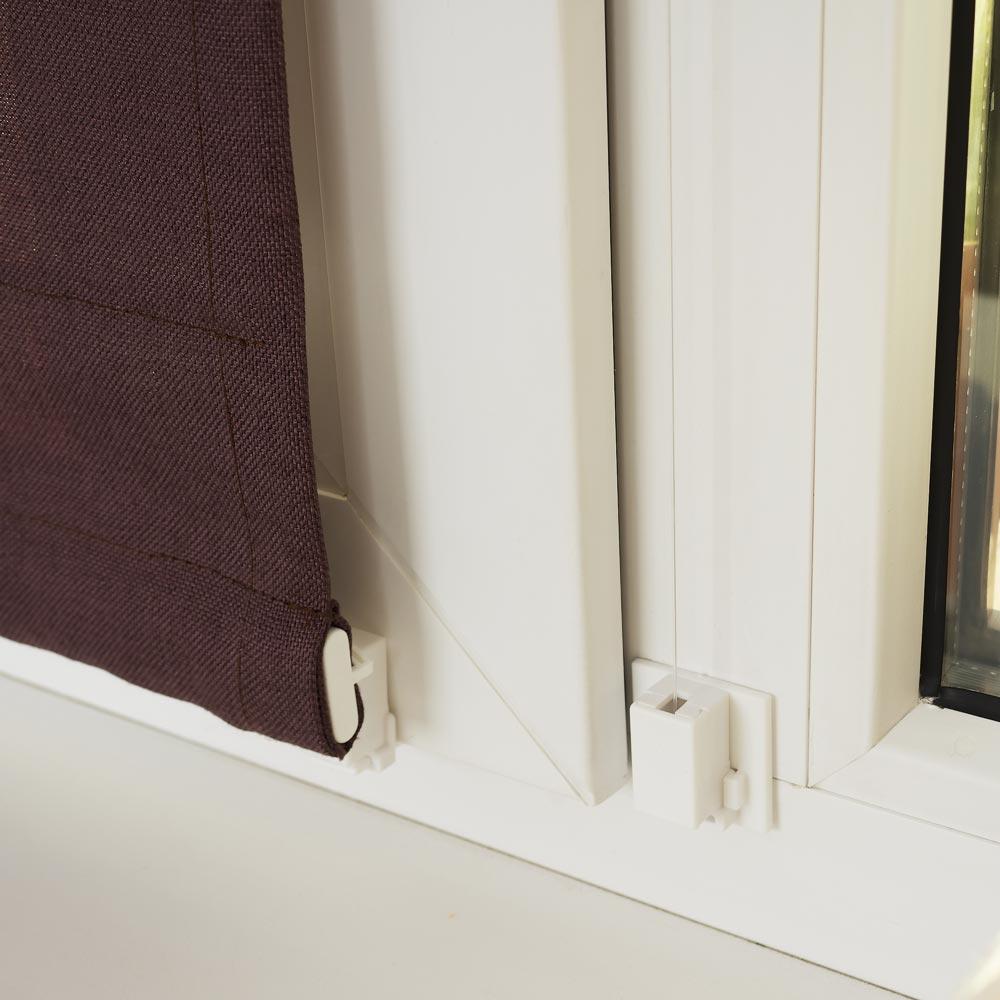 Нижнее крепление мини римской шторы к окну