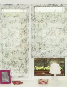Мини римские шторы на окне установленные без сверления. Полупрозрачная легкая ткань с цветочным рисунком