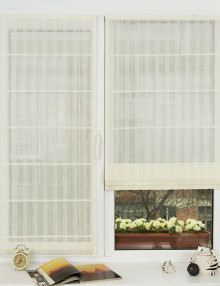 Красивые мини римские шторы из легкого материала на пластиковом окне с установкой без сверления