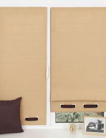 Красивые мини римские шторы спокойного песочного цвета подойдут для кухни или спальни.