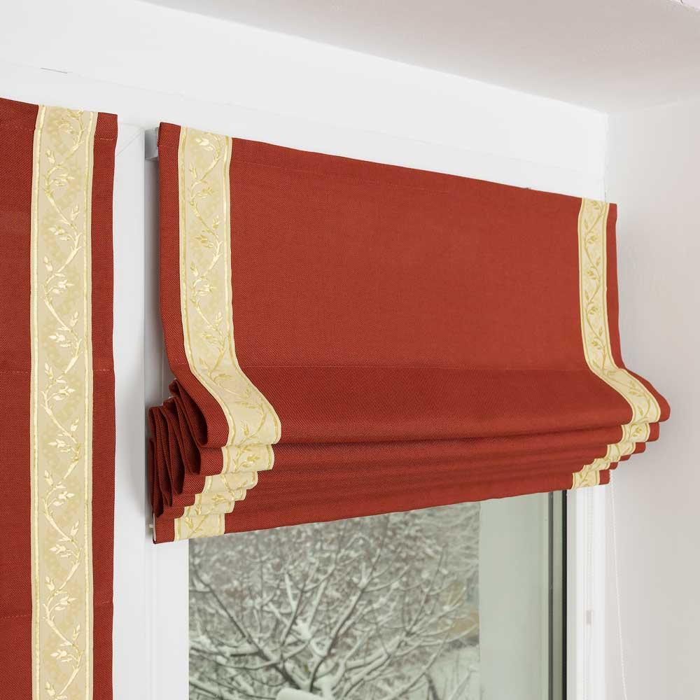 Мини римская штора на окне собранная в красивые складки. Штора терракотового цвета с декоративным кантом.