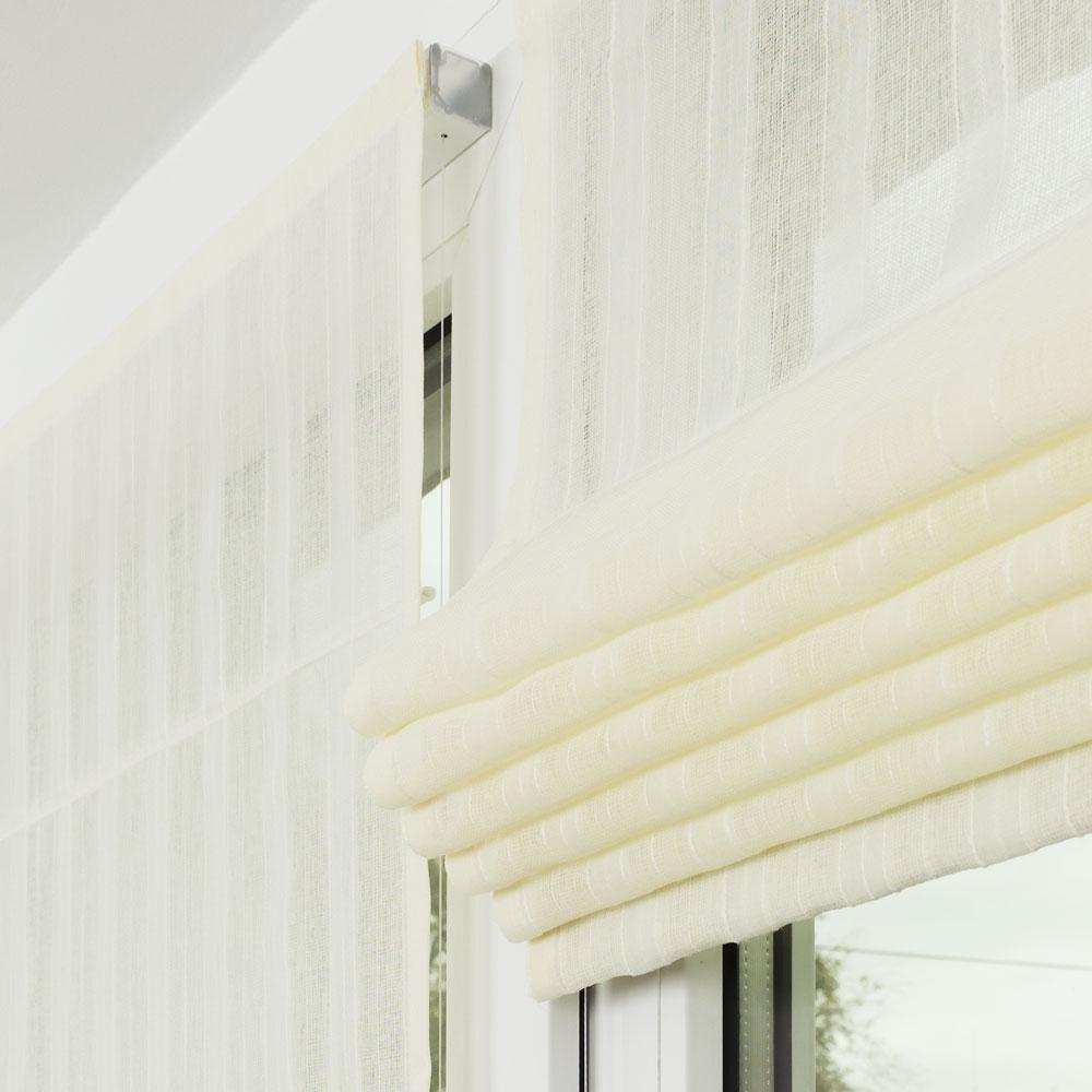 Собренная в складки мини римская шторы из легкой ткани на пластиковом окне сшитая на заказ