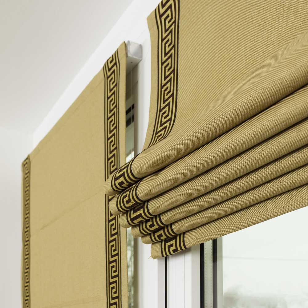 Мини римская штора оливкового цвета собрана в красивые складки