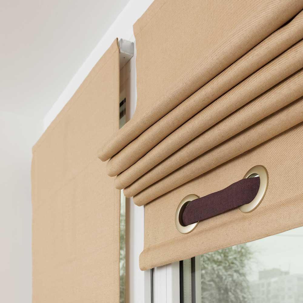 Мини римские шторы песочного цвета с декоративным элементом