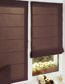 Две красивые мини римские шторы цвета махагон установленные без сверления на пластиковое окно
