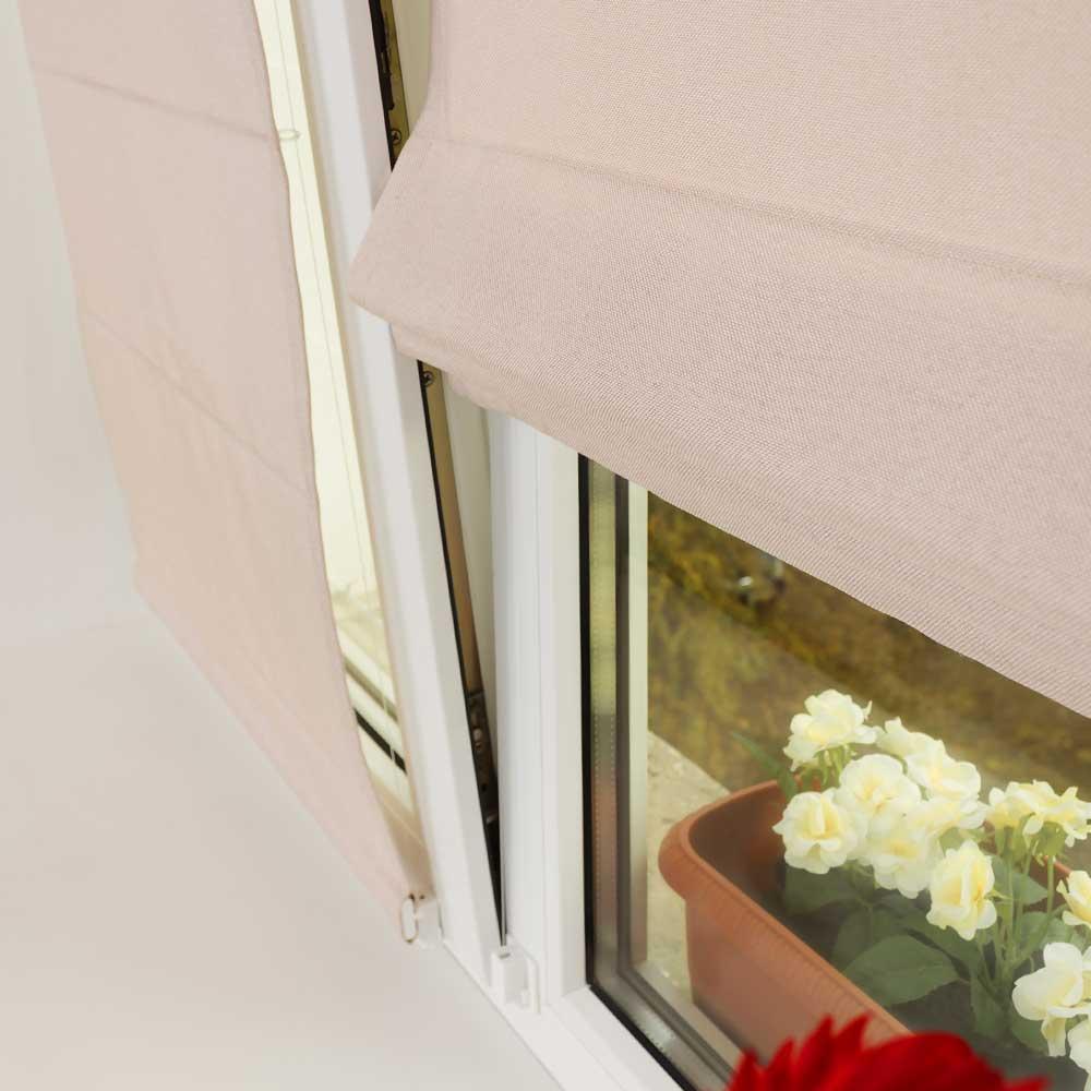 Мини римские шторы удерживаются плотно на окне струнным механизмом что позволяет не откланяться шторе во время открытия окна