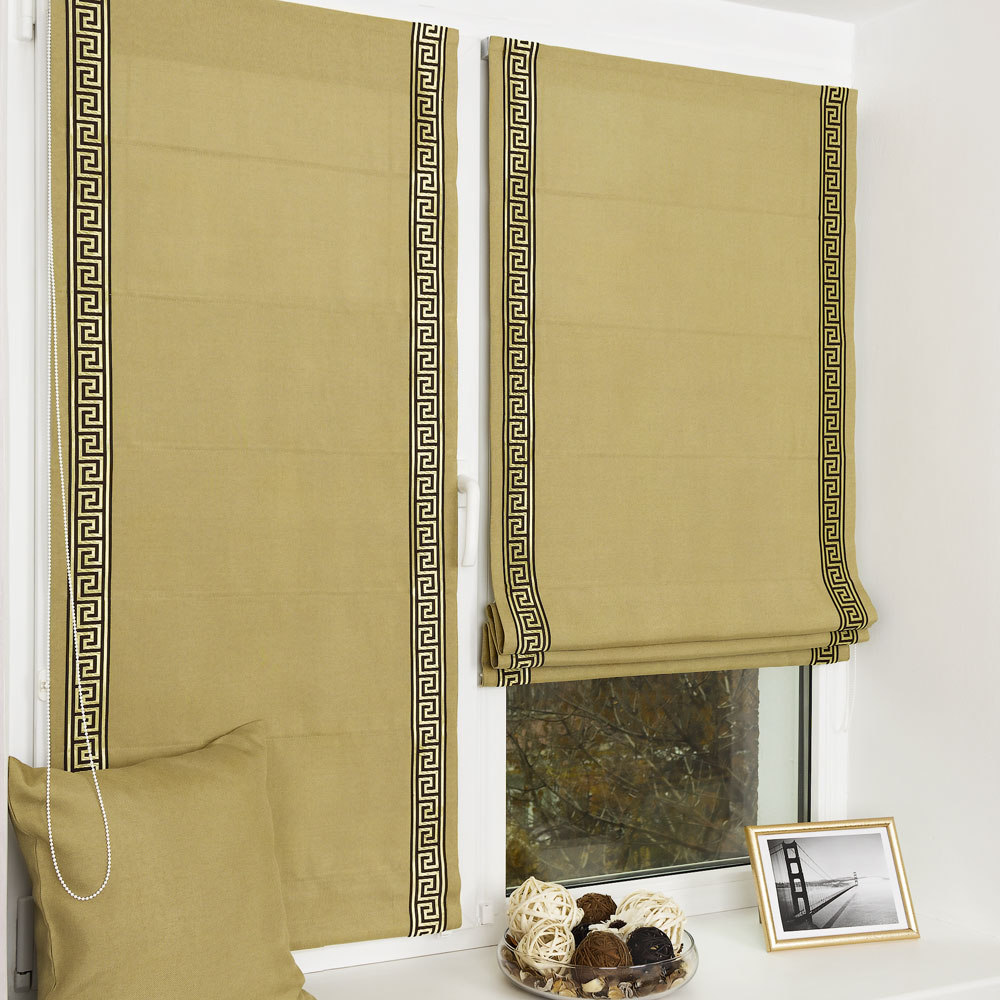 Мини римская штора оливкового цвета на пластиковом окне. Штора установлена без сверления.