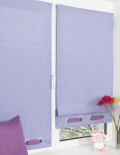 Две мини римские шторы установленные на окно без сверления. Шторы нежного лавандового цвета и украшены люверсами