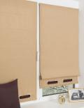 Две красивые мини римские шторы песочного цвета декорированные люверсами и установленные на пластиковом окне