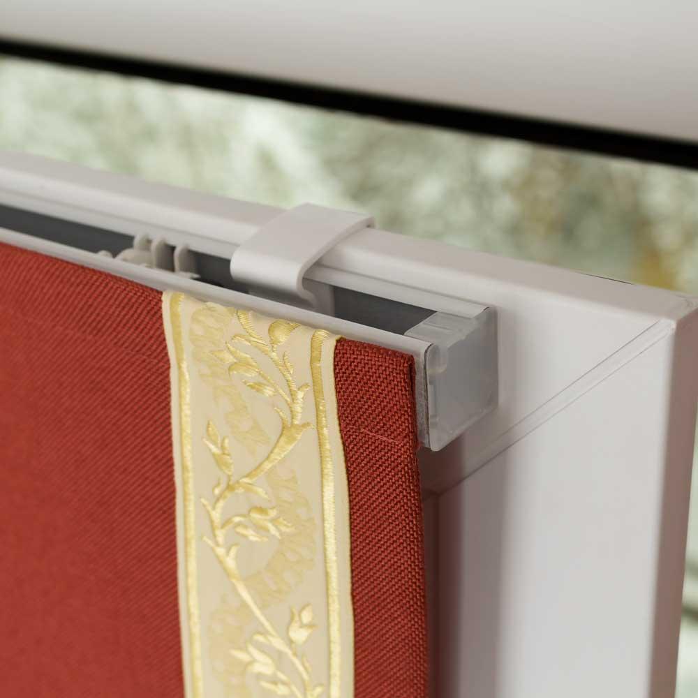 Мини римская штора крепится на окно без сверления