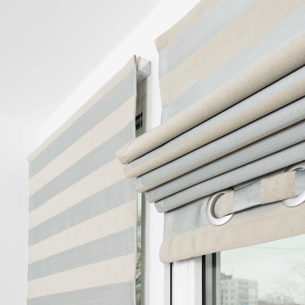 Мини римская штора собранная в складки на пластиковом окне с установкой без сверления