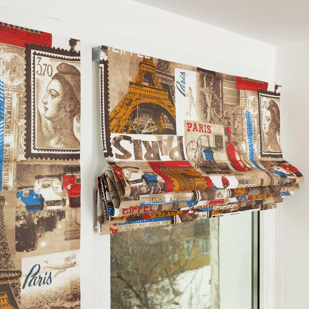 Мини римские шторы собранные в складки на окне