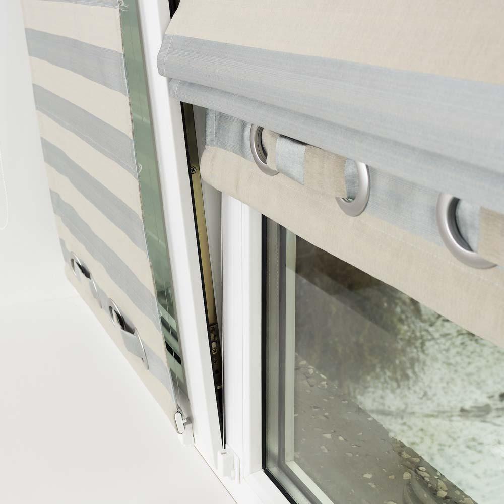 Мини римская штора надежно удерживается на открытом окне струнным механизмом