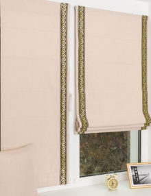 Мини римские шторы декорированные тесьмой с золотым узором