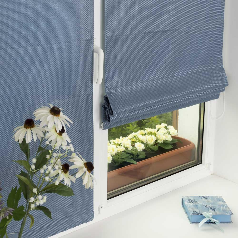 Мини римские шторы голубого цвета на окне
