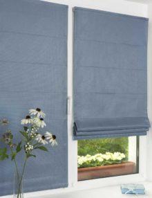 Две красивые мини римские шторы голубого цвета на пластиковом окне