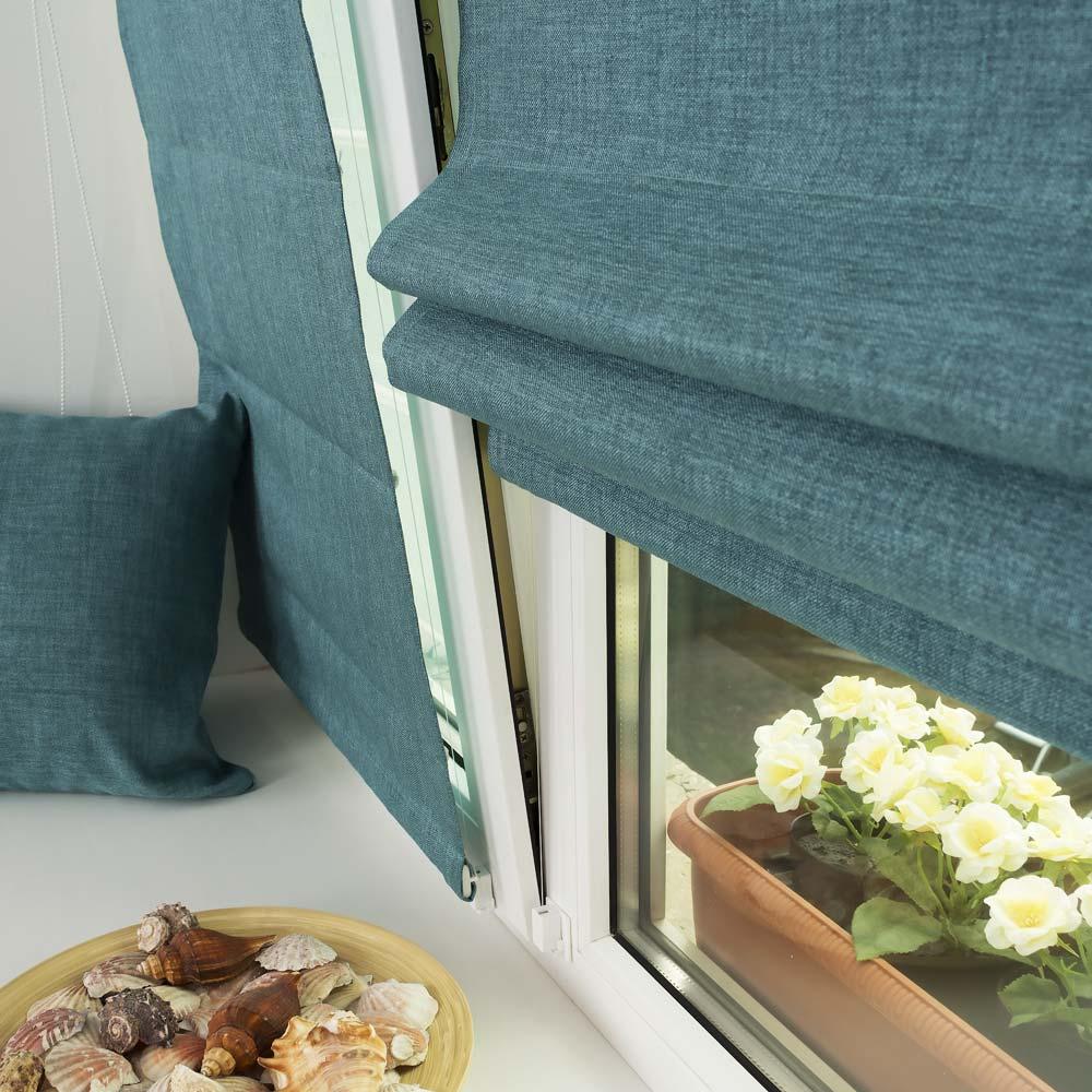 Мини римская штора лазурного цвета на пластиковом окне